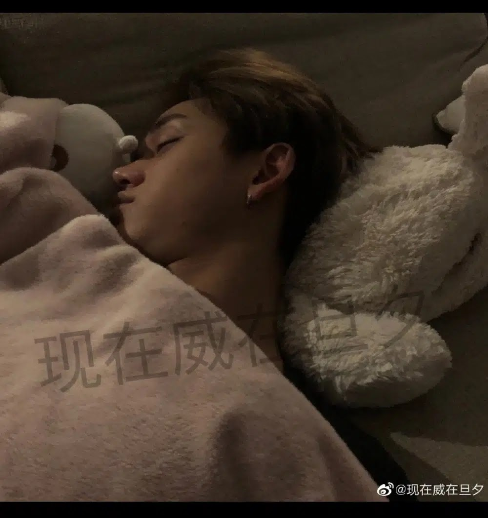 Admits Used by WayV's Lucas, These Netizens Upload Photos of Lucas in Bed
