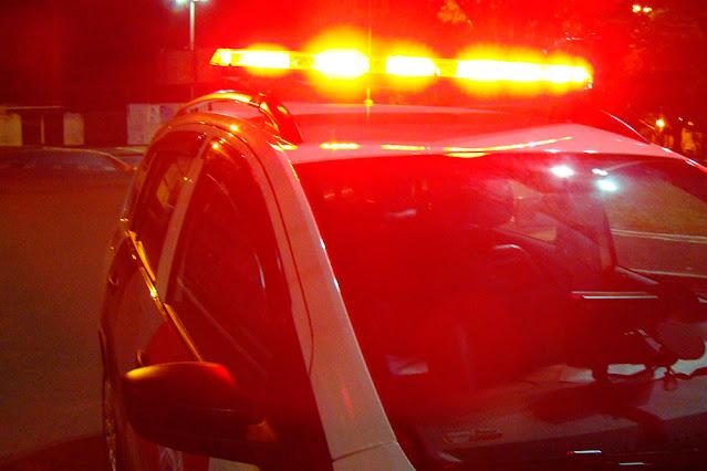 Vítima de tentativa de homicídio com cortes no pescoço e nas mãos pede ajuda em farmácia