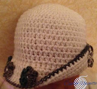 Cappello bambina in lana merino con fiorellini