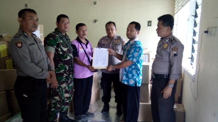 Anggota Koramil Karangpucung Kawal dan Amankan Pendistribusian Logistik Pemilu
