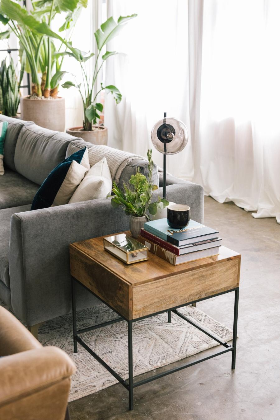 Loft urządzony w trendzie urban jungle, wystrój wnętrz, wnętrza, urządzanie domu, dekoracje wnętrz, aranżacja wnętrz, inspiracje wnętrz,interior design , dom i wnętrze, aranżacja mieszkania, modne wnętrza, loft, styl loftowy, styl industrialny, urban jungle, miejska dżungla, rośliny, kwiaty, zieleń, salon, drewniany stolik