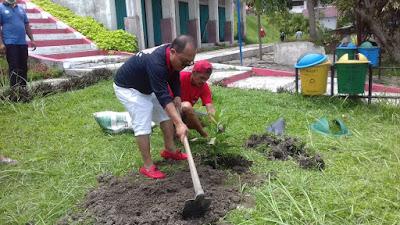 Peringati Hari Bumi, Maraden Sinaga dan PAC PDIP Girsang Sipanganbolon Tanam Pohon di Parapat