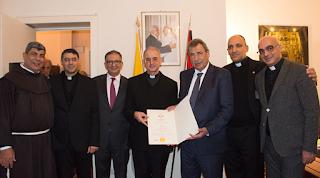 الرئيس محمود عباس يمنح شهادة تقديرية للمونسنيور د. خالد عكشة