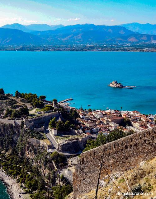 A cidade de Nafplio, o Golfo da Argólida e o Forte Bourtzi vistos das muralhas da Fortaleza de Palamidi