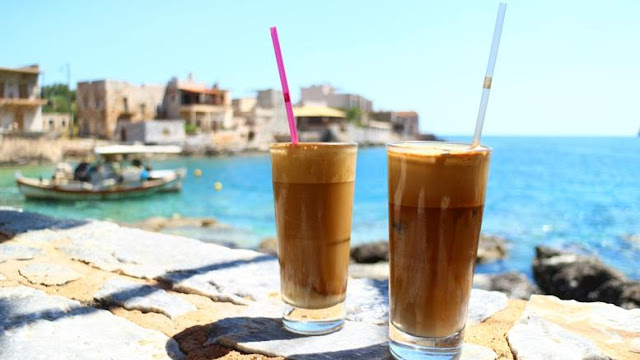 """Απλό και μεγαλοφυές: Πώς να μην """"νερώνει"""" ο καφές το καλοκαίρι"""