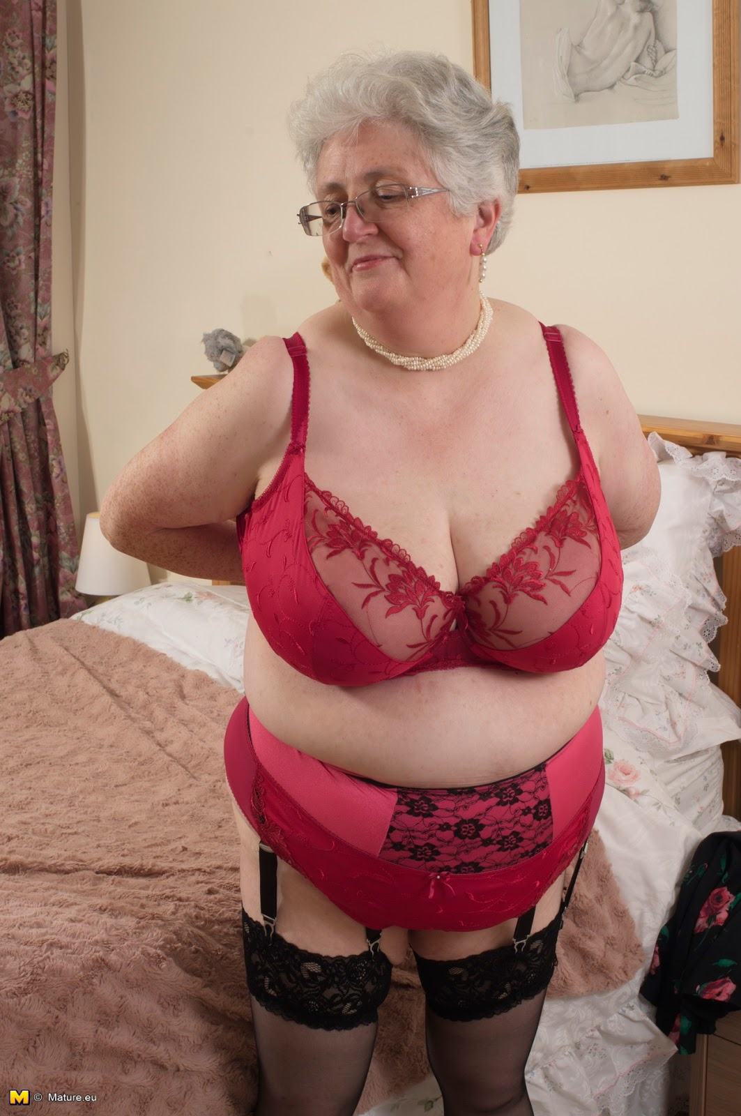 image British granny elaine gives her pussy a treat