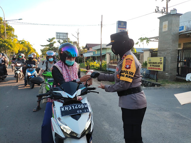 Peringati Hari Kartini, Polwan Polres Kapuas Bagikan Takjil Ke Pengguna Jalan