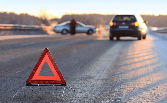 У Києві автомобіль вилетів на зустрічну смугу і в'їхав у зупинку