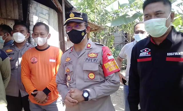 DPC Geram Kudus Dampingi Polsek Jati Bagikan Bansos Sembako Pada Warga Terdampak Covid-19