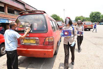Kampanye Masker, Polwan Korlantas Sebar Stiker 'Ayo Pakai Masker' di Terminal dan Tempat Umum