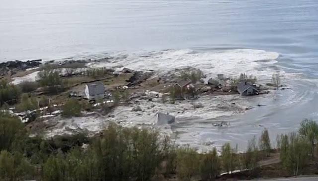Terekam Kamera, Ini Detik-detik Seram Tanah Meluncur ke Laut & Seret Sejumlah Rumah
