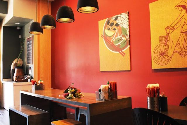 Interior restoran dengan warna hangat