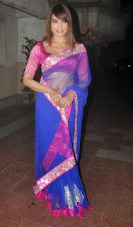 Bipasha-Basu-navel-saree