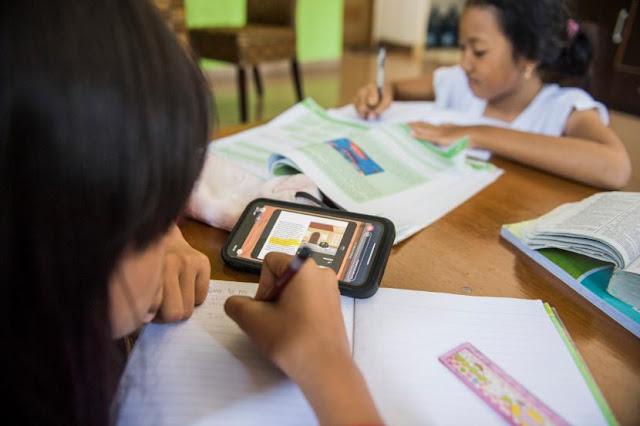 Tak Punya Smartphone dan Kuota Belajar Daring, Risma: Belajar Tatap Muka di Balai RW Saja