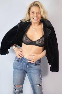 Vera Fischer arrasa em foto de lingerie e barriga de fora