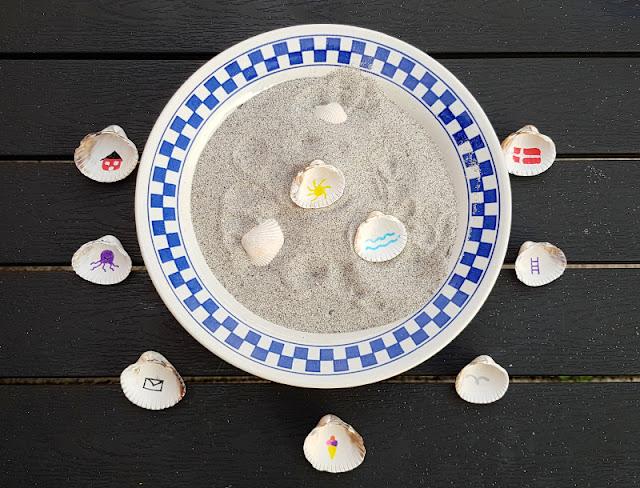 Muschel-Poesie: Mit Muscheln ein einfaches Spiel zum Geschichten-Erzählen basteln. Sammeln Eure Kinder auch so viele Muscheln am Strand? Ich zeige Euch auf Küstenkidsunterwegs, wie Ihr daraus ein wunderschönes Muschel-Spiel anfertigt, mit dessen Hilfe Ihr die tollsten Geschichten erzählen könnt. Eine einfache DIY-Anleitung mit bemalten Muscheln zum Nachmachen!
