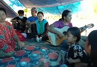 Semangat, Parah Pengungsi Gempa Di Sulawesi Barat Memuji Tuhan