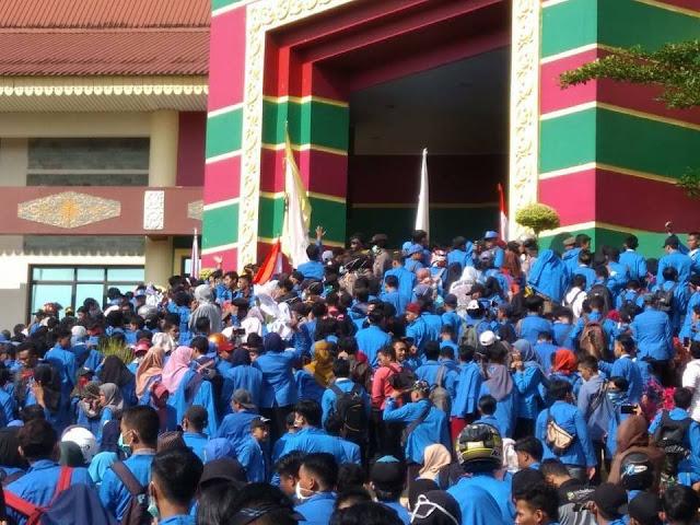 Video: Detik-detik Ribuan Mahasiswa UIR Masuk Gedung DPRD Riau