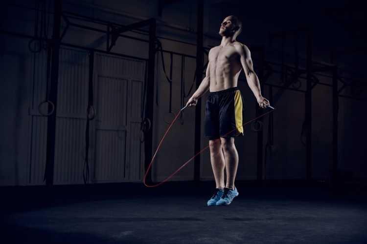 Rope Jumping iple yapılan bir harekettir, evde rahatlıkla herkes tarafından yapılabilir.