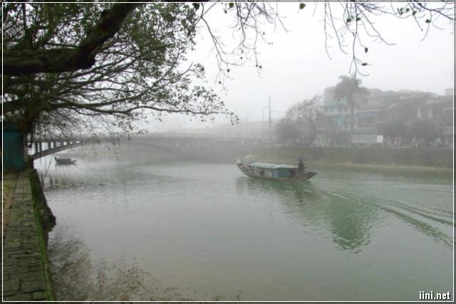 Đò trên sông dưới cơn mưa Huế