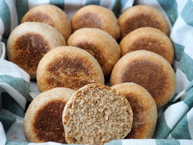 Muffins ingleses, suaves y esponjosos panecillos, perfectos para cualquier desayuno inglés: con mermeladas, cremas de queso, huevos benedict, ...