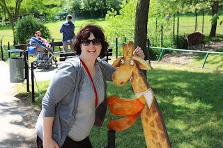 Bild von mir neben einem Giraffen-Aufsteller