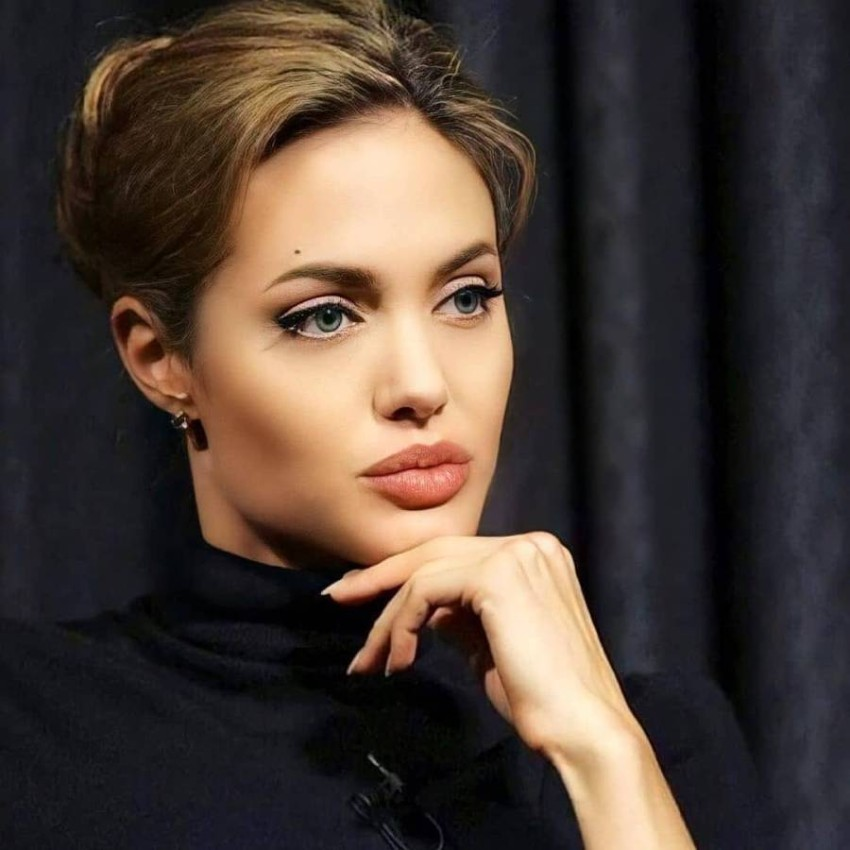For the eyes of a girl from Afghanistan.. 2.7 million followers of Angelina Jolie in 4 hours on Instagram In four hours, Angelina Jolie gained 2.7 million followers thanks to her first Instagram post.