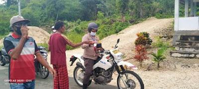 Kapolres Maluku Tenggara AKBP Alfaris Pattiwael S.Ik saat membagikan masker ke warga