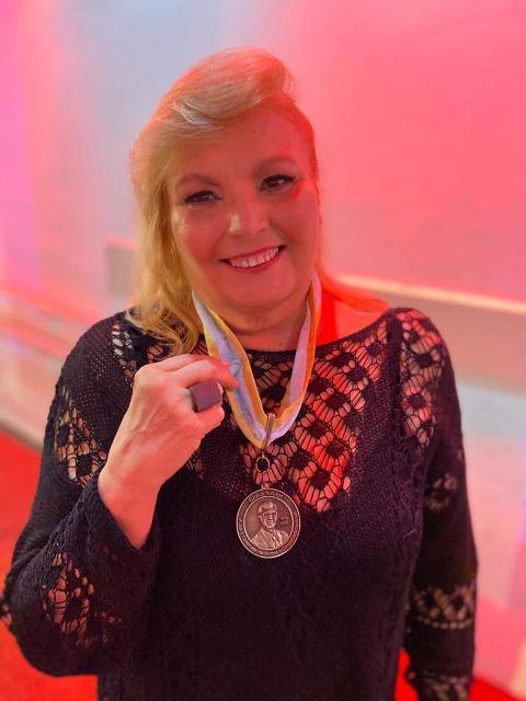 Solange Castro Neves recebe medalha Chico Xavier