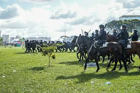 policiais montados a cavalos e armados contra o povo em Brasília em 2017, dia 24 de maio.