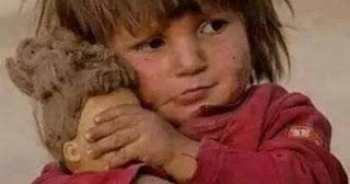 Μικρούλα στη Συρία κρατάει τα μάτια της κούκλας του κλειστά να μην βλέπει τη φρίκη