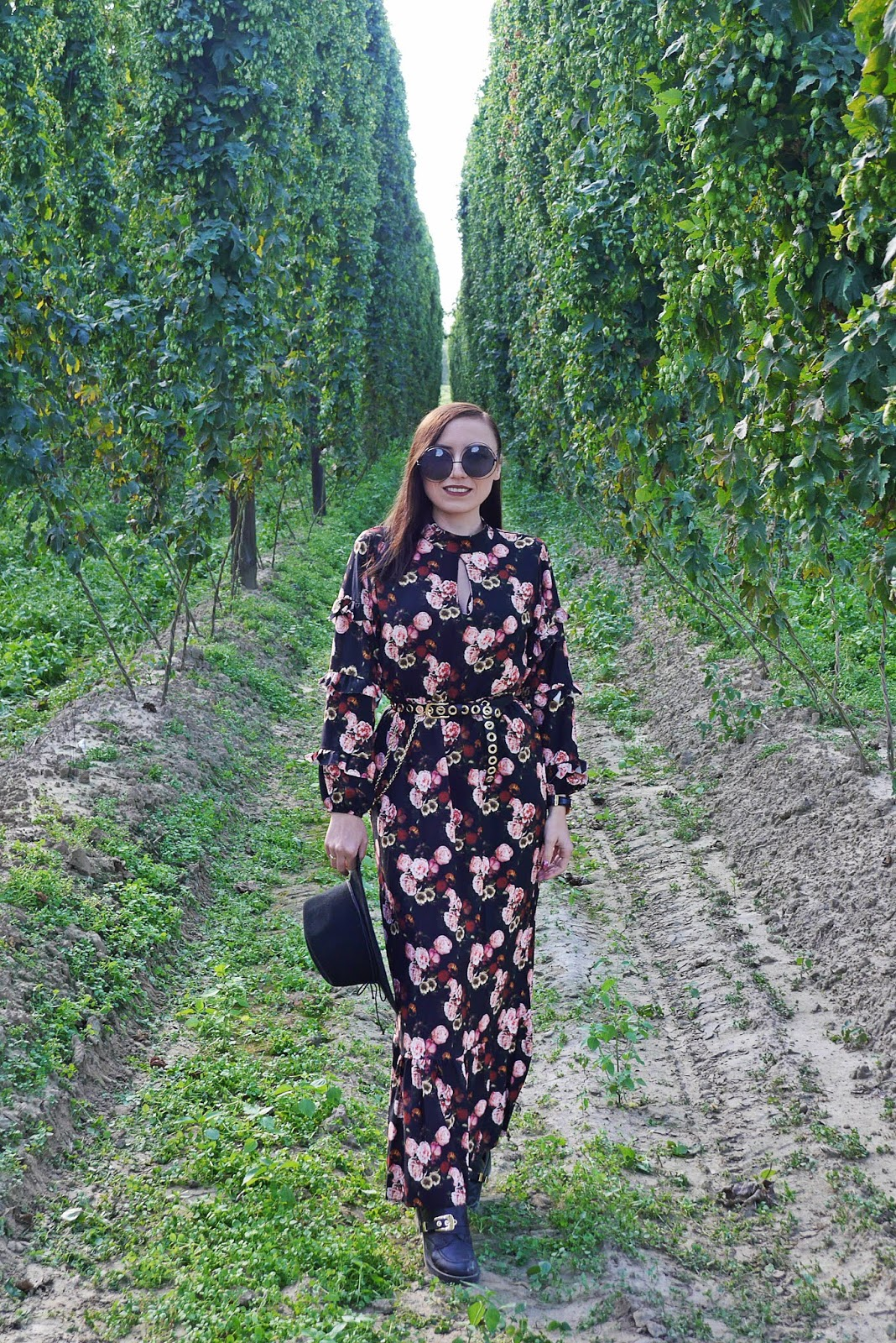 blogerka modowa karyn długa sukienka w kwiaty botki wycięte kapelusz okulary czarne duże puławy karyn