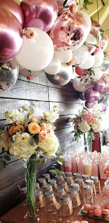 Bridal shower decoration with organic balloons and fresh flower