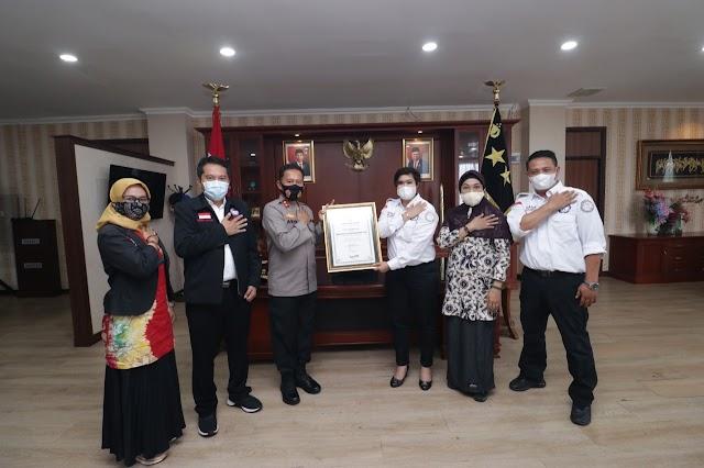 Kapolda Kepri Terima Penghargaan Dari Tim Reaksi Cepat Perlindungan Perempuan Dan Anak Indonesia