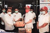 Sekda Micler Lakat Terima Bantuan Dari Bupati Bolsel Untuk Korban Bencana di Manado