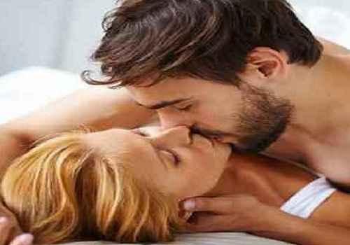 युवक को ऐसा चढ़ा इश्क का बुखार, प्रेमिका को जबरजस्ती किया KISS और गड़ा दिए दांत