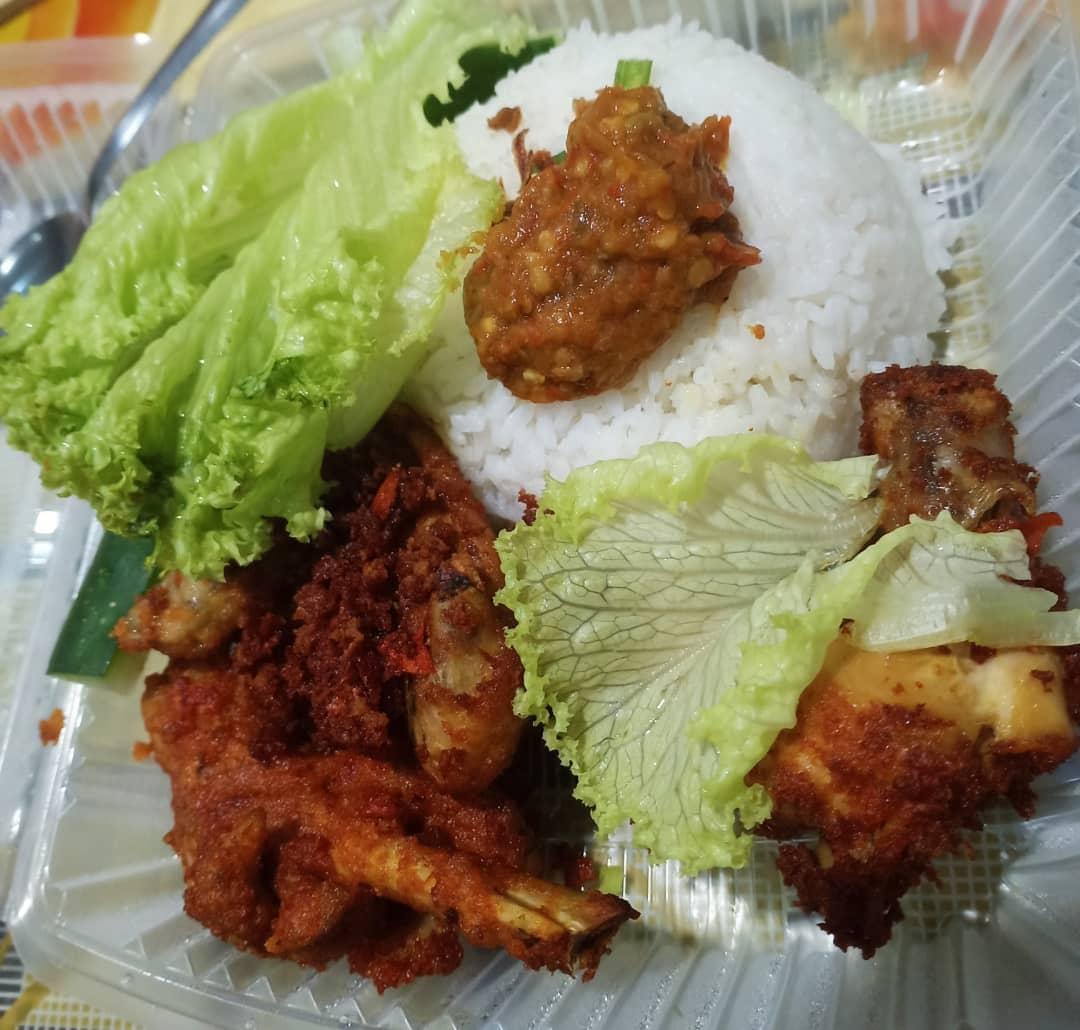 Lunch Nasi Dengan Ayam Goreng Berempah Kuah Kari