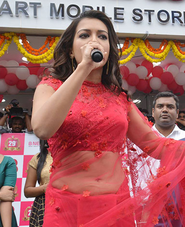 Catherine Tresa launches Bnew Mobile store at Guntur