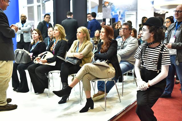 Apresentação e interação mimico entre palestras de evento congresso.
