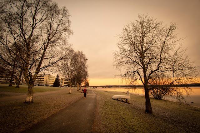 Alba sul fiume col ponte Jätkänkynttilä o Lamberjack's candle bridge-Rovaniemi