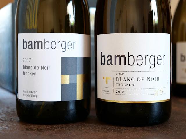 Das alte und neue Flaschenetikett im Wein- und Sektgut Bamberger.