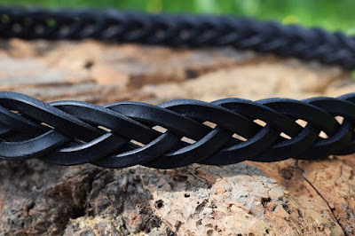 Dettaglio di cintura in cuoio intrecciato fatta a mano