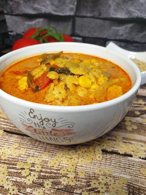 Lekko pikantna zupa z kurczakiem i pastą curry