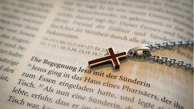 uma biblia e um cruz