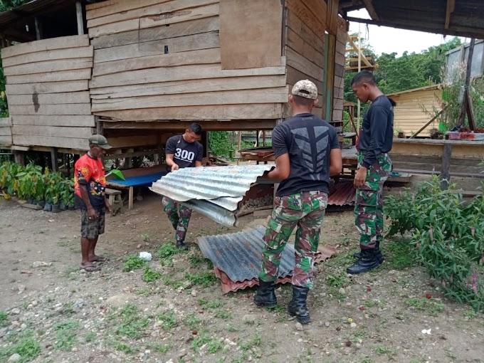 Satgas Raider 300 dan Masyarakat Gotong Royong Renovasi Rumah Masyarakat Yang Rusak