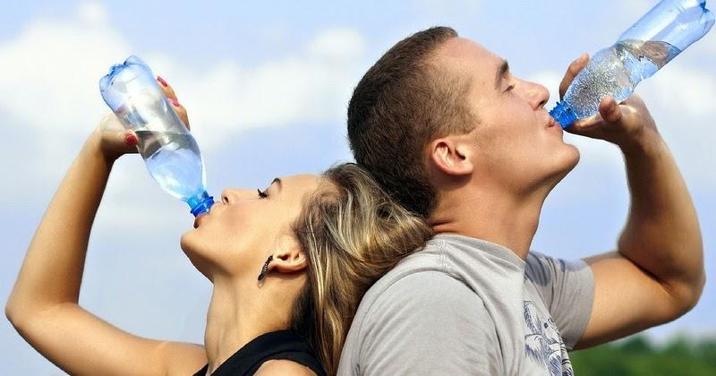 Πόσο νερό πρέπει να πίνουμε την ημέρα; Τι ανάγκες έχει ο οργανισμός μας σε  υγρά;