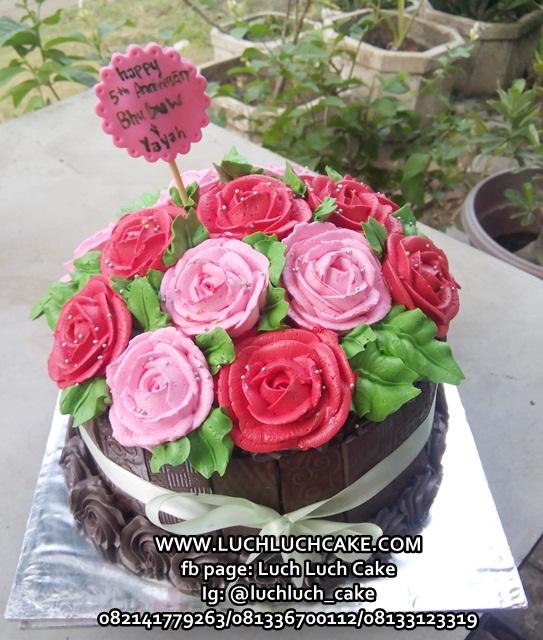 Kue Tart Blackforest dengan Bunga Cantik