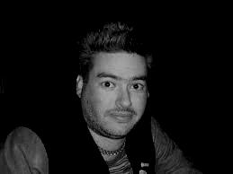Mio ritocco di una vecchia foto di Fat Mike, bassista e cantante dei NOFX, in cui sembrava coso là del Grande Fratello 2004. Link all'immagine originale in fondo al post.