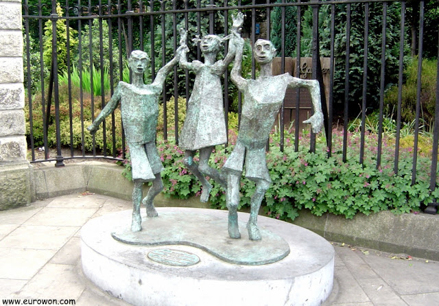 Estatua Millenium Child de Dublín en Irlanda