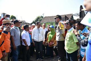 Gubernur Sapa dan Bantu Korban Kebakaran Seteluk